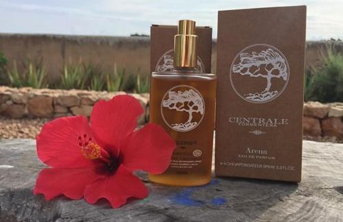 Even uitleggen... dit zijn lokale producten van Formentera, een huid olie en een parfum! Geweldige producten met mooie ingrediënten en geuren. Vanaf 4 oktober zijn deze producten te koop in de salon, so come and try!